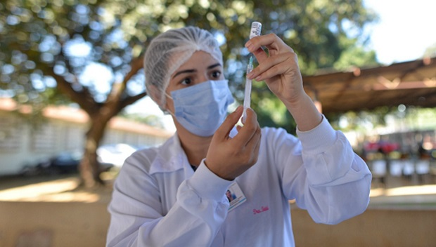 Goiânia começa a vacinar pessoas a partir de 56 anos