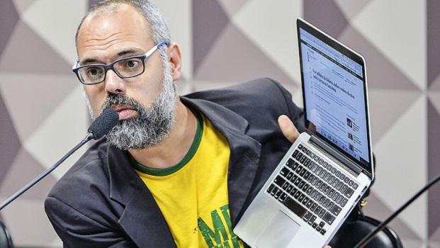 Blogueiro Allan dos Santos faz fake news com jogador que teve parada cardíaca