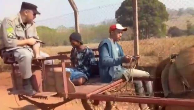 Vídeo: homem é preso e levado por carroça em Goiânia