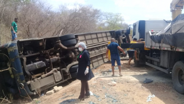 Ônibus tomba na BR-135 e deixa 4 mortos e vários feridos