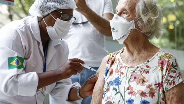 95% dos municípios já iniciaram a aplicação da dose de reforço contra a Covid-19 em idosos e profissionais da saúde