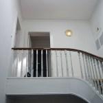 Vista da escada e patamar de acesso aos apartamentos do piso superior