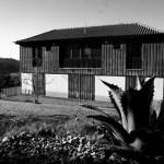 Casa na Barca Nova - vista do jardim sobre a fachada sul