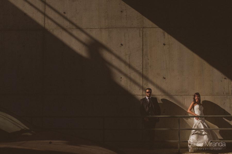 Novios echados en una pared con un rayo de sol entrando en una fotografía de post boda de Jose Miranda Jaén Martos