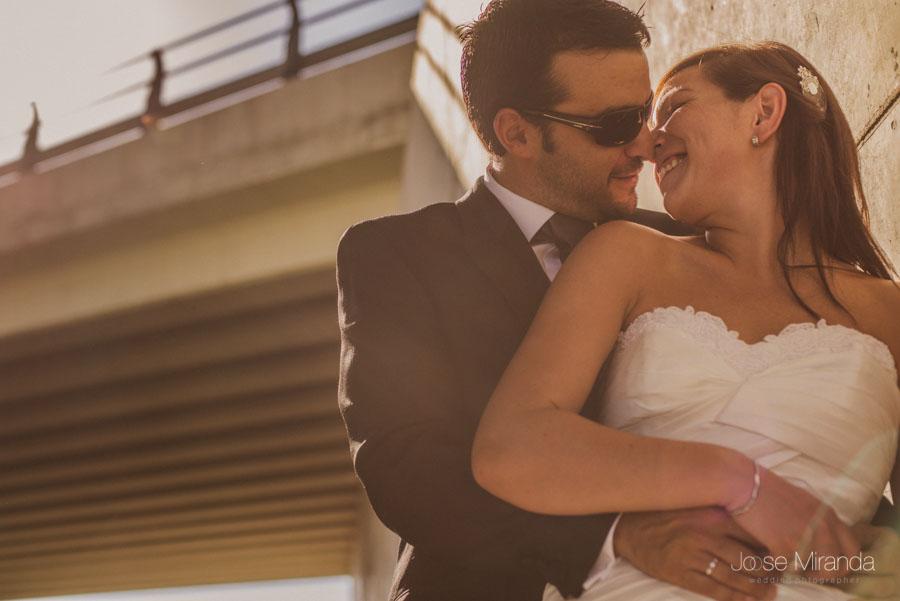 Susana y Marco a punto de besarse en una fotografía de post boda de Jose Miranda Jaén Martos