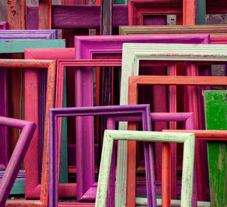 Processledning - Bild på flertalet färgglada tomma tavelramar som står upp mot lutade mot varandra.