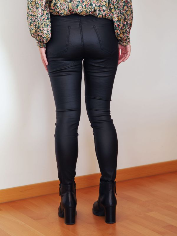 pantalón polipiel negro 4