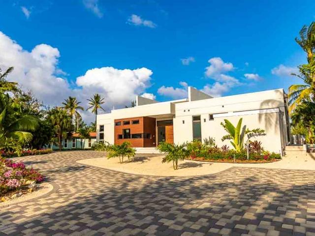 BC8A9487 640x480 c - White Dahlia Real Estate