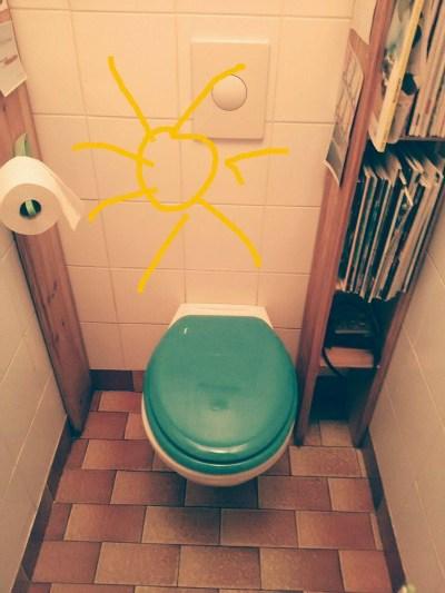 ampoule, papier et cuvette : charge mentale intense dans les toilettes.