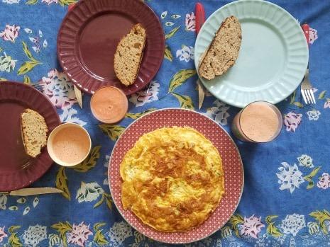 brunch dimanche confinement pain maison omelette aillets smoothie
