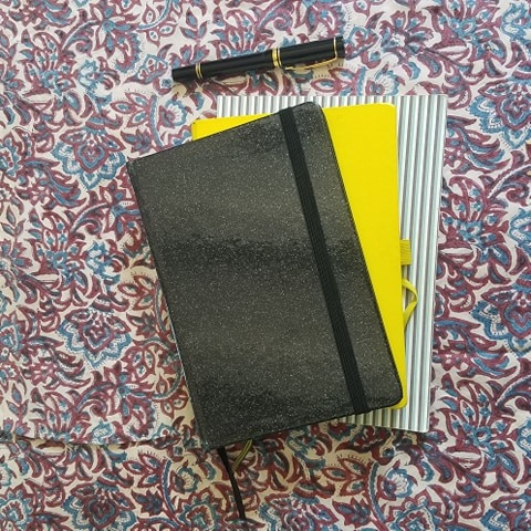 Journal intime, bullet journal et carnet de notes.