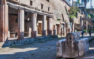 Public fountain in an Herculaneum street (1).