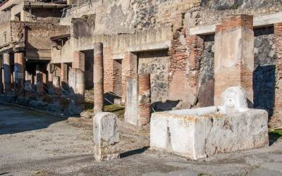 Public fountain in an Herculaneum street (2).