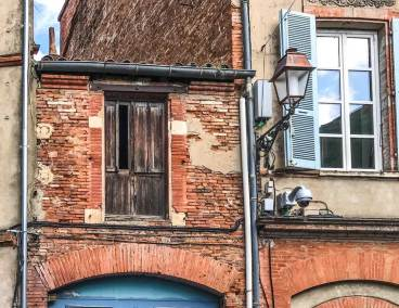 Toulouse-backstreet detail.