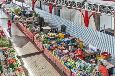 One block behind waterfront, the central market (Le Marché, also known as Maparu a Paraita) offers all manners of exotic local produce.