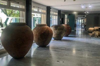 The foyer of the Musée de l'Ephebe features  a set of imposing ancient shipping urns.