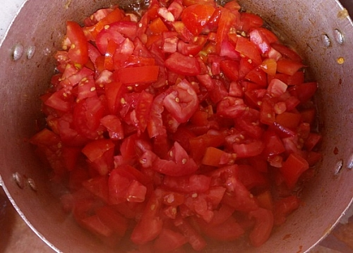 Add the diced tomato to the sauce and leave to cook for sometimes