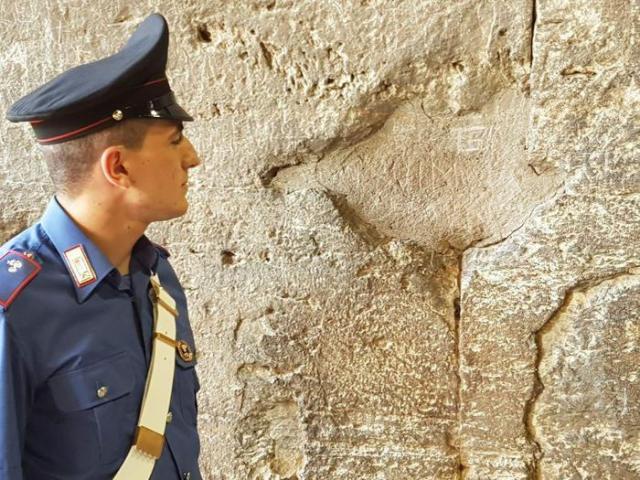 Incide sua iniziale su Colosseo, denunciato turista 17enne