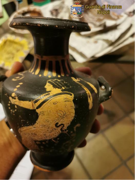 Reperti archeologici in casa privata, blitz Gdf a Napoli