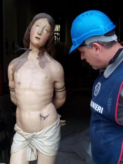 """Terremoto: """"Scherza con i fanti e lascia stare i santi"""" mostra fotografica sulle statue religiose distrutte dalle scosse"""