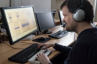 Alexander Karl bei der Arbeit mit dem Audioschnittsystem