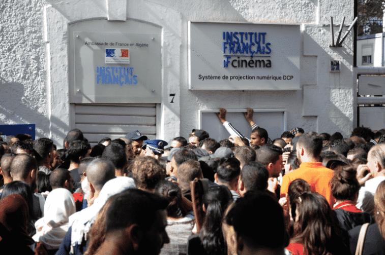 Des étudiants se bousculent pour obtenir un visa d'études en France