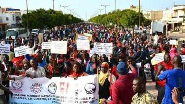 centaines d'élèves ont marché