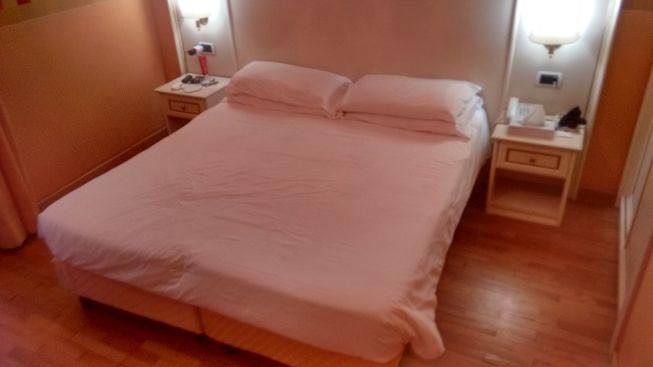 bedroom of hotel trevi 41