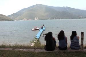 Jóvenes de Brisas frente a la presa La Boca