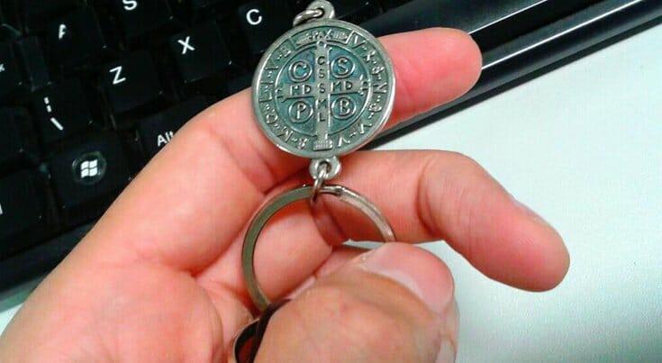 Medalha de São Bento: Como usar, Oração, Proteção, Dizeres...