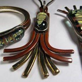 Pedro Sequeros - Colgante, pulsera y aguka en vidrio, cobre y plata; año 1998