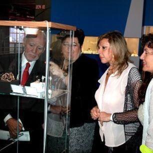 Jesús Yanes (padre), Giovanna Tagliavia, directora de AEJPR, Liane Katsuki y Laura Márquez durante la inauguración de la Feria, contemplando las joyas de la AJA.