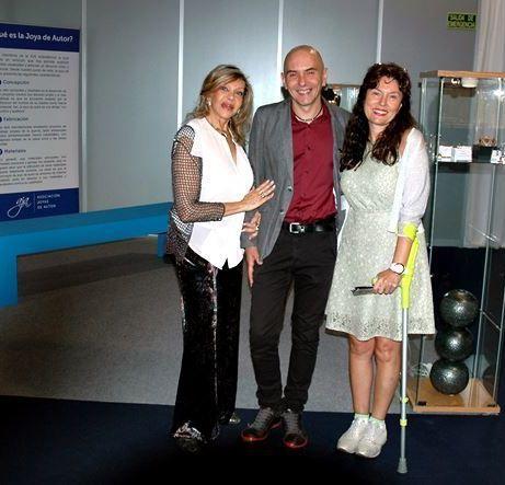 Liane Katsuki, Luís Méndez, Premio Nacional de Artesanía, y Laura Márquez durante la inauguración de la Feria, al lado de una de las vitrinas con joyas de la AJA.