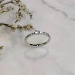 Anillo de oro blanco y diamantes