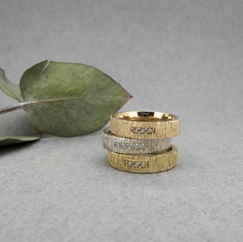 alianzas de boda oro con texturas y diamantes