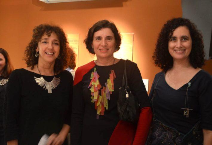 Felicitas Luna, directora del museo, junto a Paula Isola y Laura Giusti
