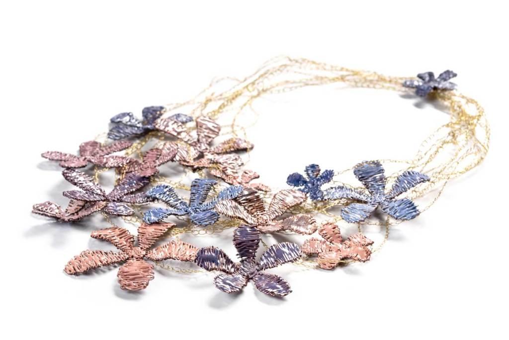 Collar ¨Alma en Flor, Rosas y violetas de primavera¨