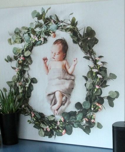 Het geboortekaartje van Fleur aan de muur