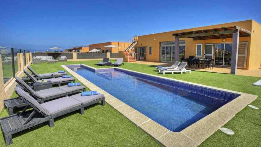 Villa rental in Caleta