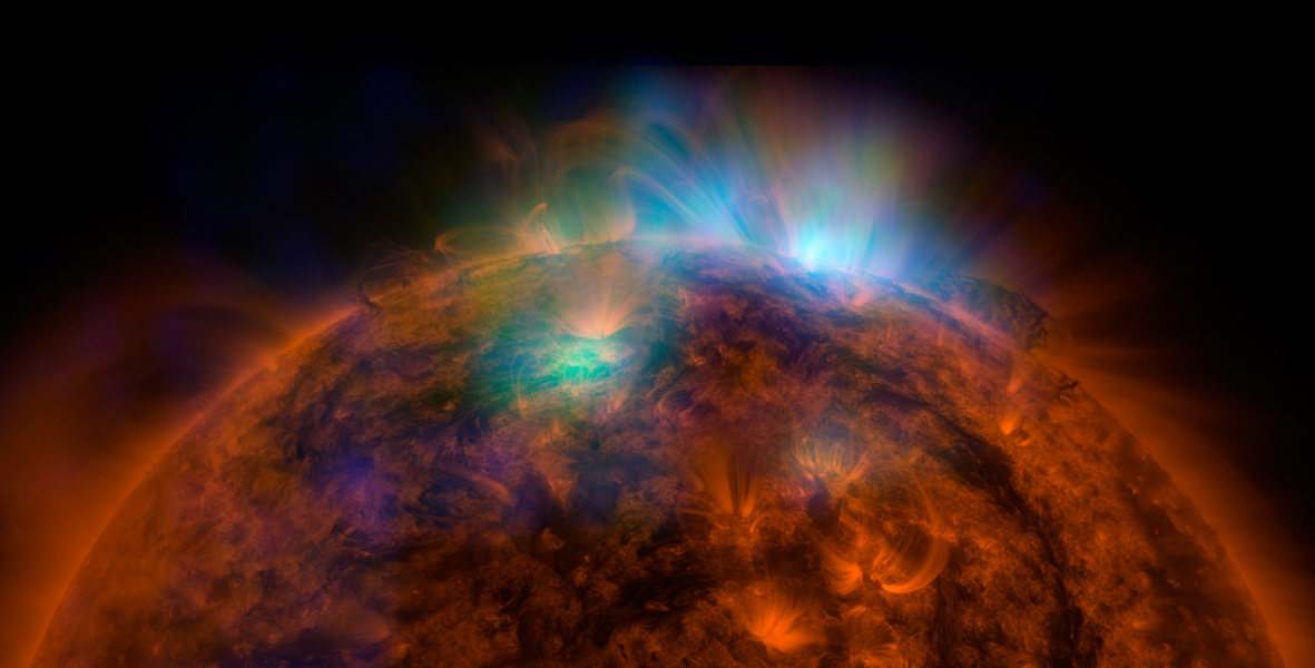 Raios-X córrego fora do sol nesta primeira imagem do sol, sobreposto a uma fotografia tirada por Solar Dynamics Observatory da NASA, feita pelo NUSTAR.
