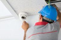 hombre instalando una cámara de seguridad