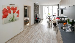 A fully furnished kitchen and dining room, an excellent temporary housing option.