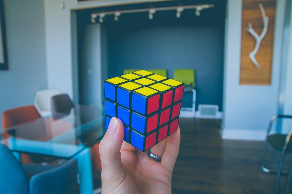 A hand holding a Rubik's cube.