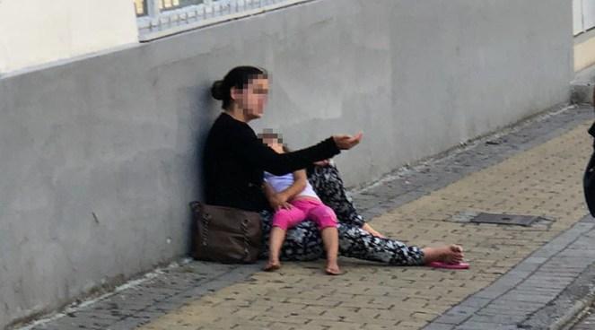 Resultado de imagem para Pedinte com criança a dormir no colo