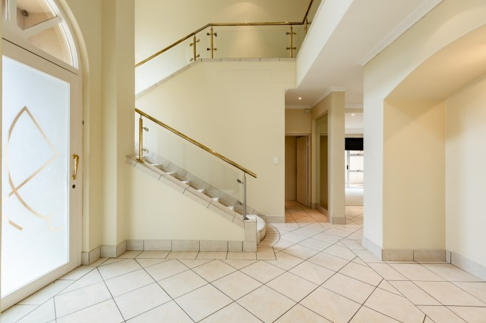 professional real estate photographer jacques du toit captured the mood and feeling of the entrance of the home