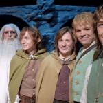 Gimli (Antti Kyllönen), Gandalf (Mika Kujala), Pippin, Merry (Teemu Aromaa), Sam (Hannes Suominen) e Frodo (Stefan Karlsson)