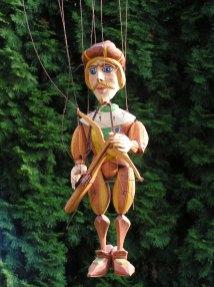 Lovec s kuší, dřevěná loutka