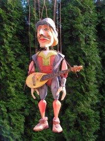 Muzikant modro-červený, dřevěná loutka