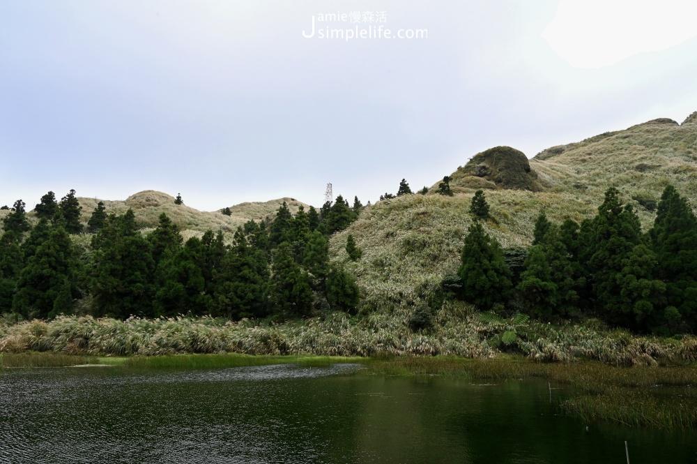 安靜的聽見自然、聽見自己,2020年,陽明山國家公園成為全球第一座「都會寧靜公園」,6月5日這天也剛好是世界環境日,因為生態豐富,美麗的自然景色,風在樹叢騷動、湖水輕輕推向了岸邊,當遊客人潮退去,無人聲,低分貝來到30音量的夢幻湖,便是陽明山中第一條寂靜山徑,為現代人急促的腳步、急促的呼吸得以慢下來,好好跟寧靜相處的舒服環境。