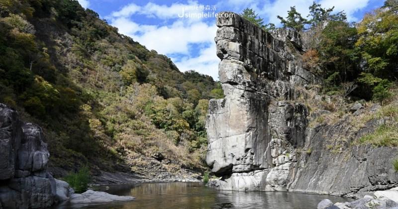 座落於新竹尖石鄉大漢溪上游玉峰溪谷間,秀巒軍艦岩因為岩壁呈三角形狀,佔面積之大,垂直聳立於溪水之上,猶如軍艦,而被名為軍艦岩。山谷溪水十分清澈、透能見底,也就有生存於清澈泉水,苦花魚故鄉這麼一說。